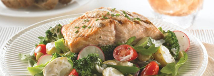 Vegetable salad with grilled salmon: including fish on your menu